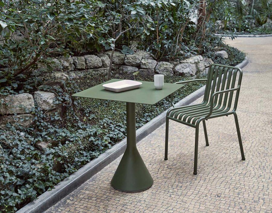 Miljöbild på karmstolen Palissade med bordet Palissade Cone i olivgrönt.