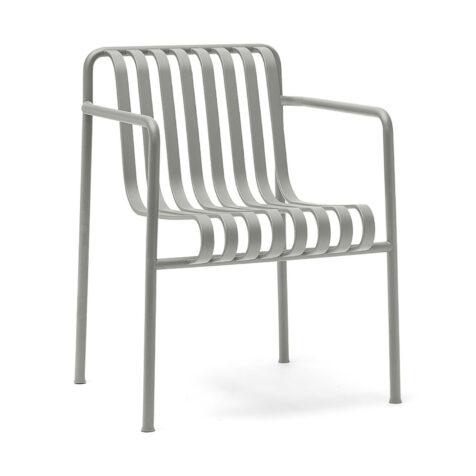Palissade karmstol i ljusgrått från Hay.