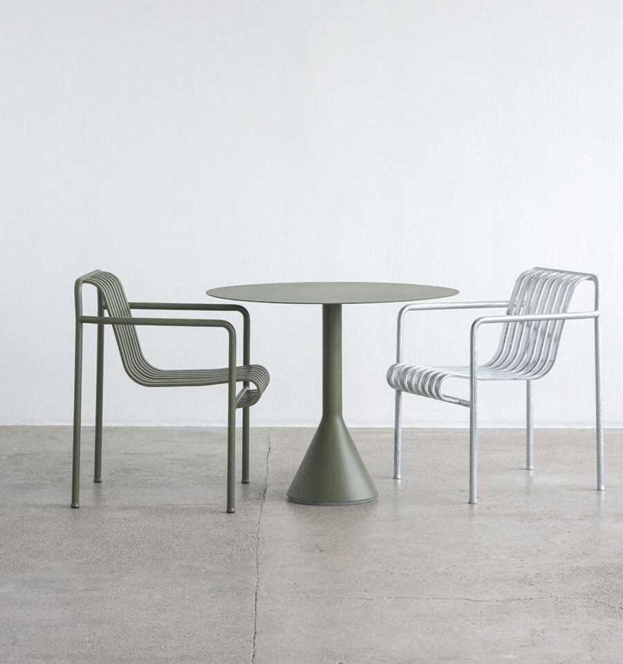 Bildpå grön karmstol i stål från Hay.