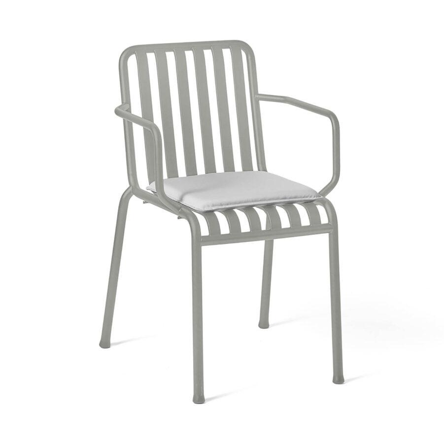 Palissade karmstol i ljusgrått med ljusgrå dyna.