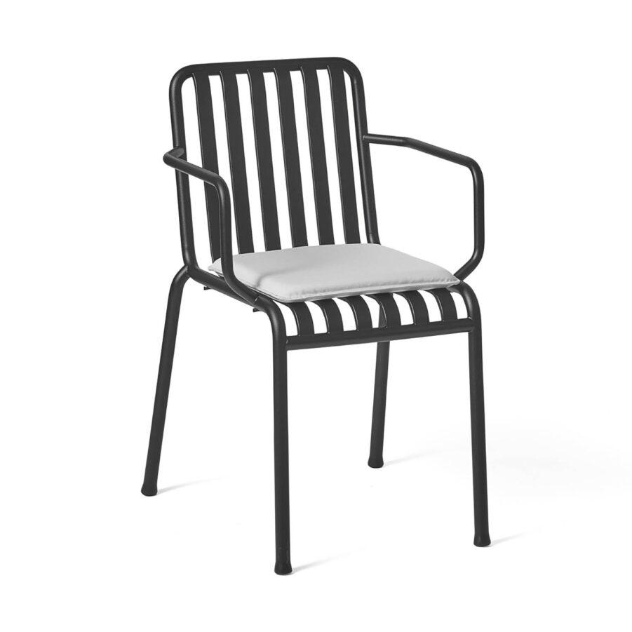 Palissade karmstol i antracitgrå pulverlackad stål med dyna i ljusgrå olefin.