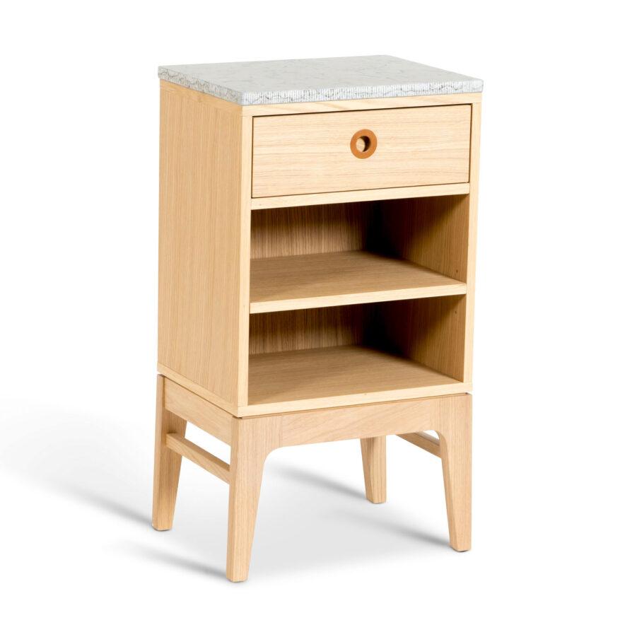 Sängbord Höllviken i vitpigmenterad ek från varumärket Mavis.