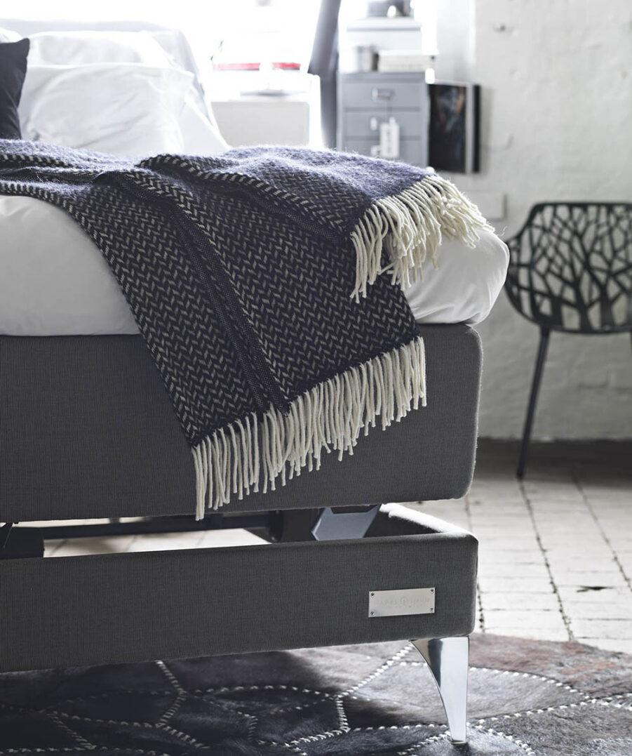 Miljöbild på Carpe Diem Marstrand ställbar säng.