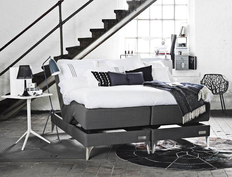 En miljöbild på Marstrand ställbar säng från Carpe Diem.