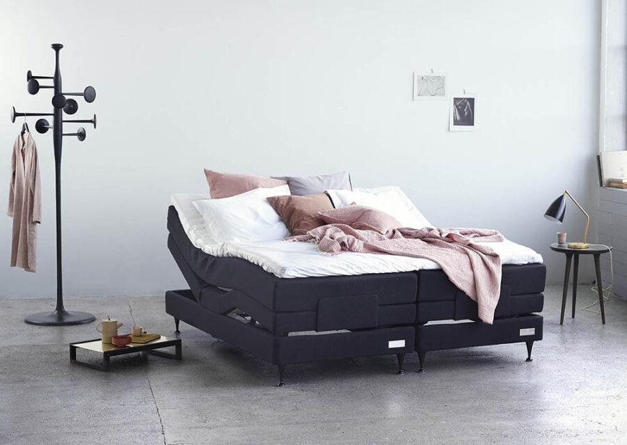 Miljöbild på Carpe Diems Saltö ställbar säng.