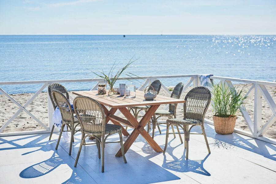 Miljöbild på Ofelia stolar tillsammans med matbordet Colonial.