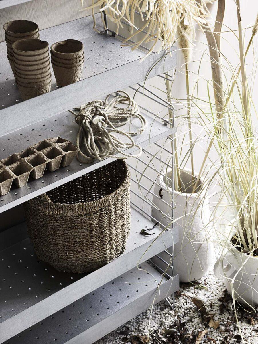 Detaljbild på String® system outdoor hyllplan i galvaniserad aluzink.