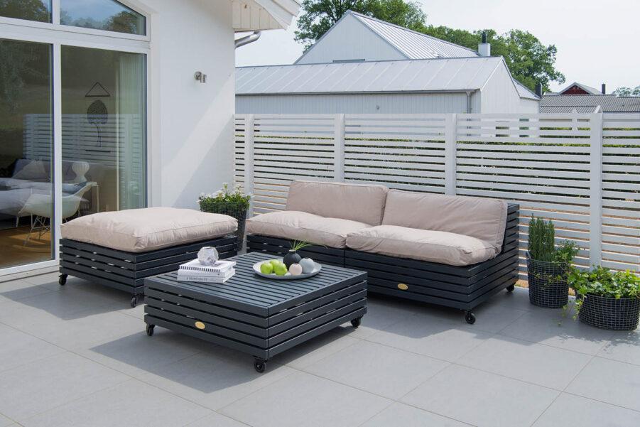Miljöbild på Bara Vara loungemöbler från Hillerstorp i furu i färgen orkangrå.-