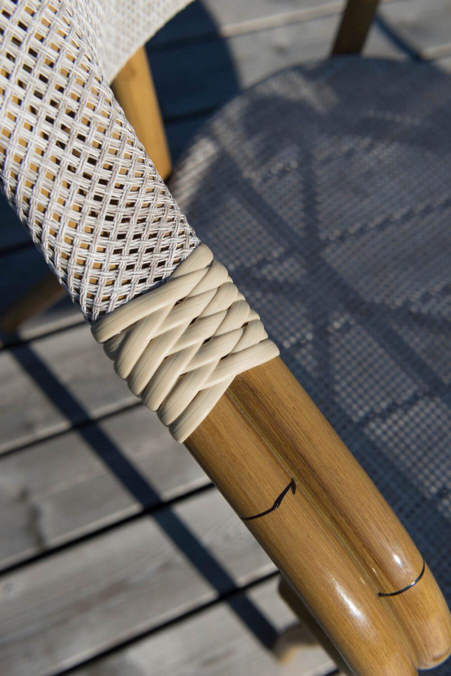 Detaljbild på armstödet till stolen Äppelhed i brunt och beige.