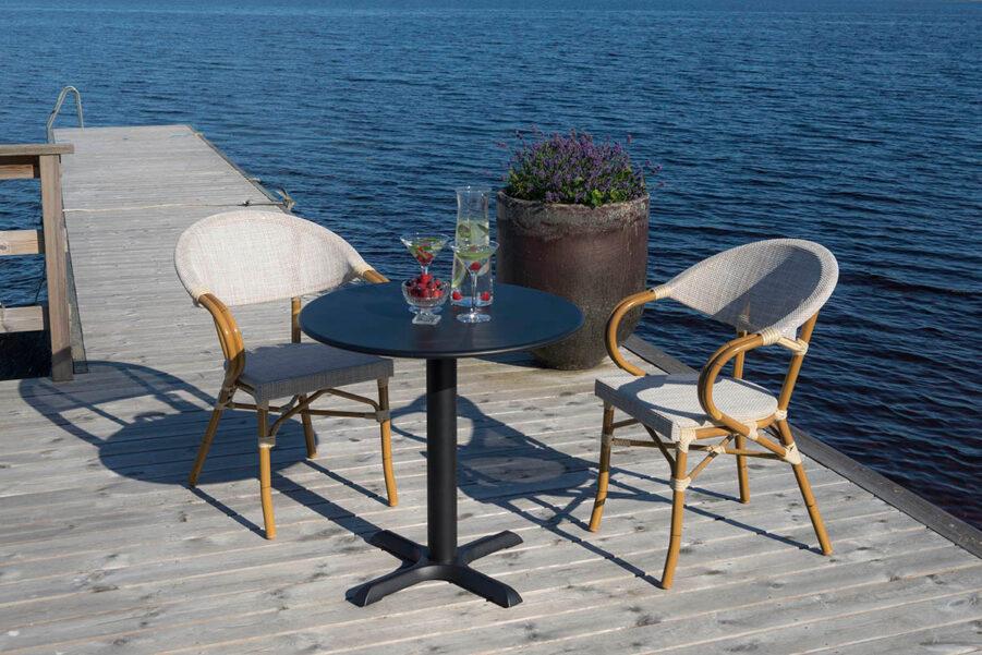 Bild på Äppelhed caféstol vid en brygga.