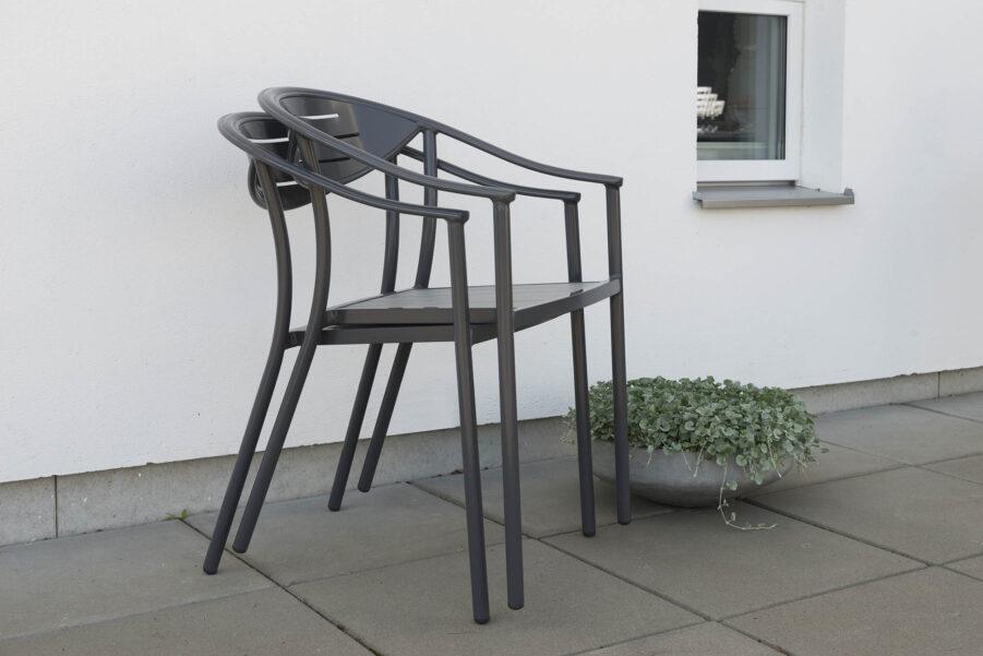 Bild på staplade stolar i serien Åminne,.