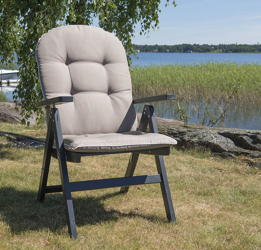 Den grå Läckö stolen från hillerstorp med dyna.
