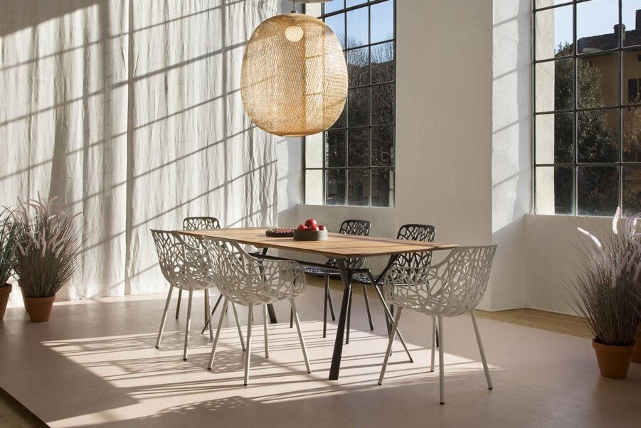 Miljöbild på Forest stolar i gjuten aluminium från leverantören Fast