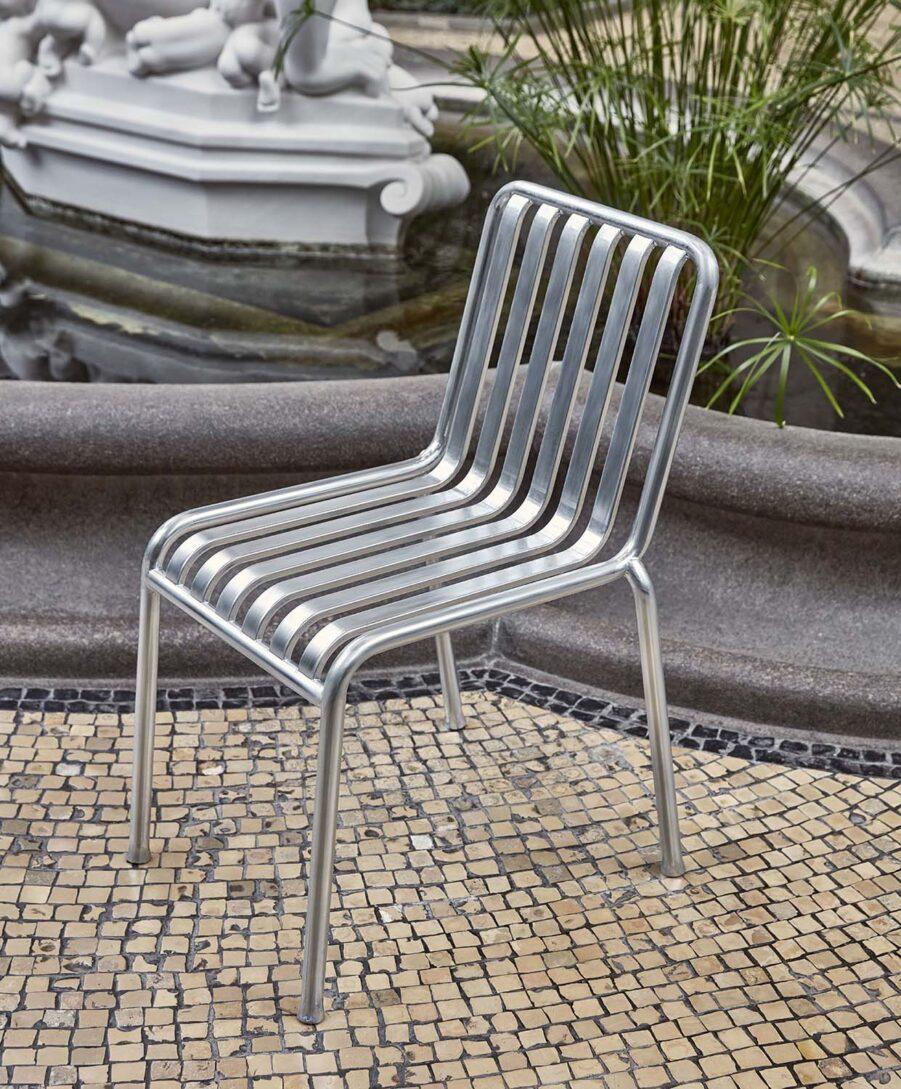 Miljöbild på Palissade stol från Hay i galvaniserad stål.