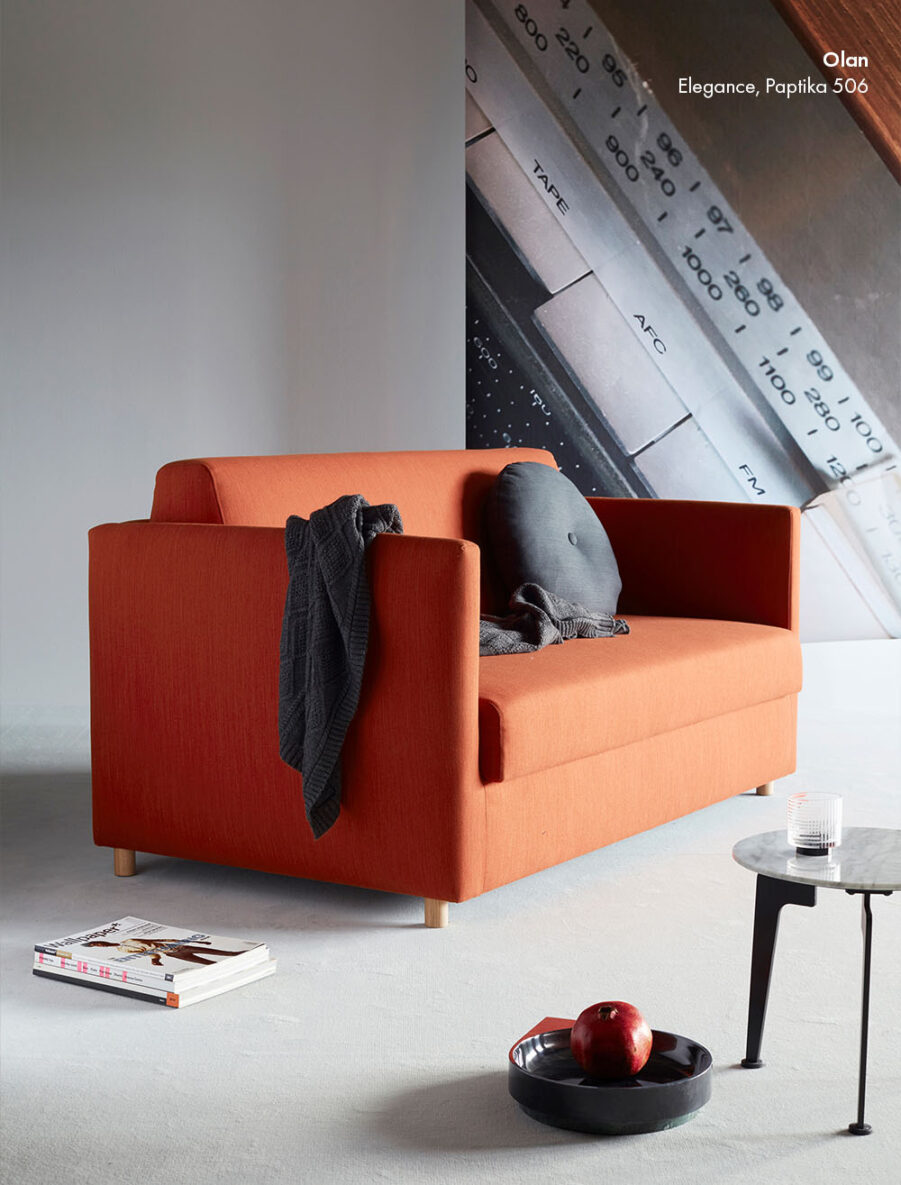 Miljöbild på Olan soffa i tyget Elegance Paprika.