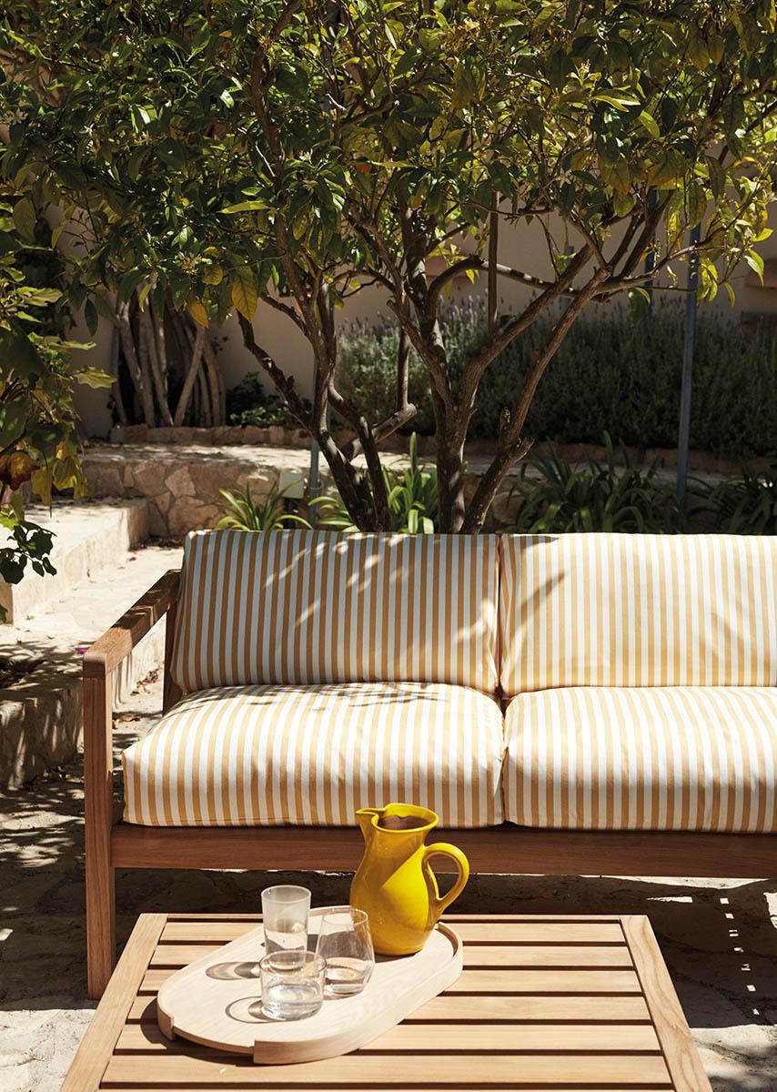 Miljöbild på Virkelyst soffa och soffbord i teak.