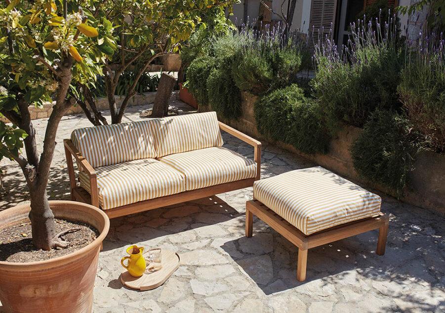Miljöbild på Virkelyst soffa och fotpall i teak.
