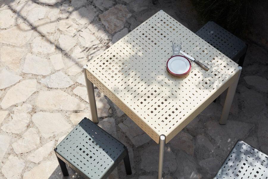Miljöbild på pall och bord i serien Gerda från Skagerak.
