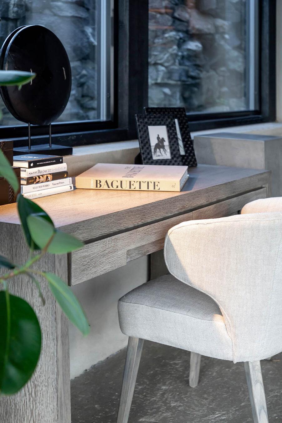 Hunter skrivbord antikgrå och Lavella karmstol
