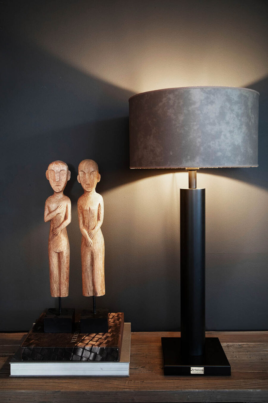 Milan lampa med leather taupe lampskärm.