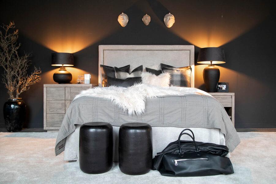 Miljöbild på säng med gaveln Paris och Hunter byråer.