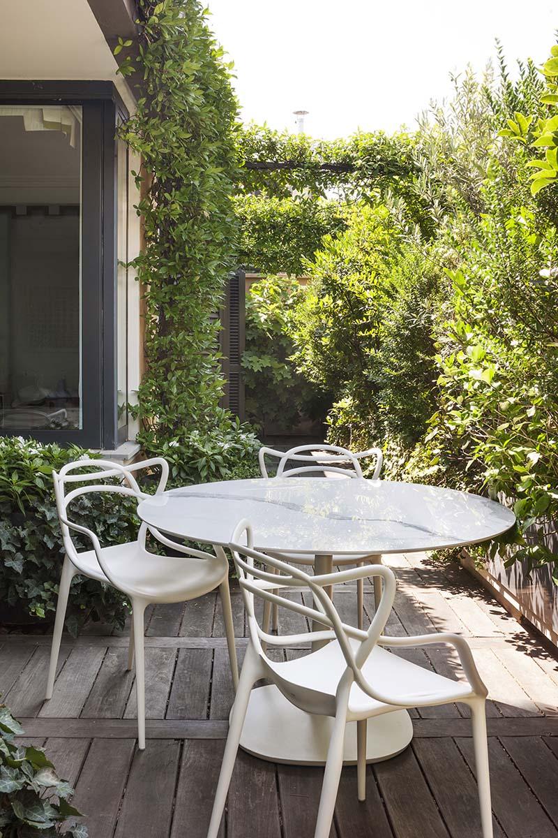 Miljöbild av Masters stol med Multiplo bord.
