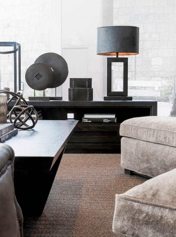 Miljöbild Hunter mediabänk, Arezzo bordslampa, Troya dekoration, Mendoza box från artwood