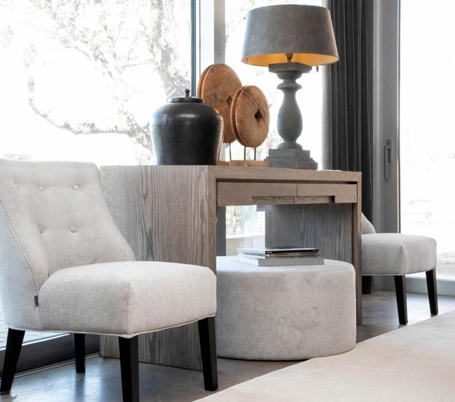 Miljöbild Hunter skrivbord, ST Moritz stol, Normandie bordslampa, Troya dekoration, Cortina ottoman från artwood