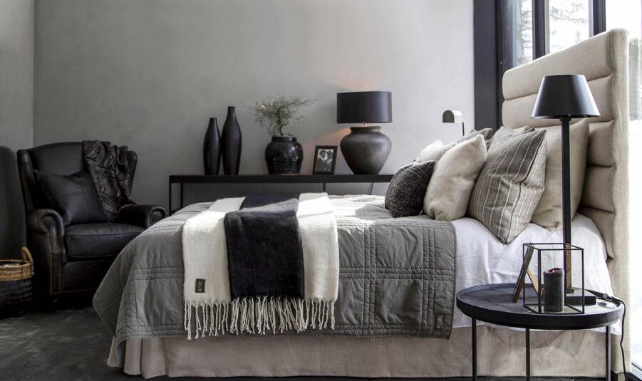 Miljöbild Lisbon sänggavel, Grant sidobord, Goslar fåtölj, Modena bordslampa från artwood