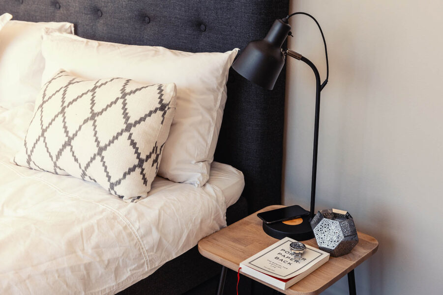 Jensen Add-On bordslampa med laddplatta.