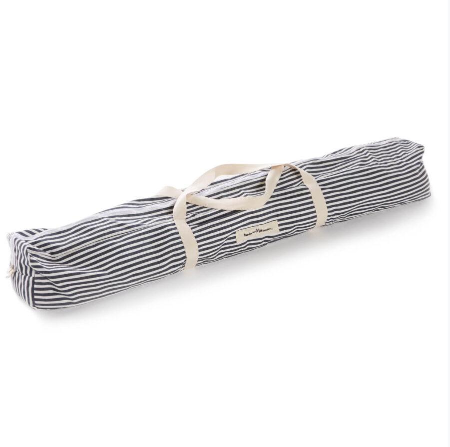 Strandpaviljongen kanplockas ner och förvaras/bäras i en praktisk väska.