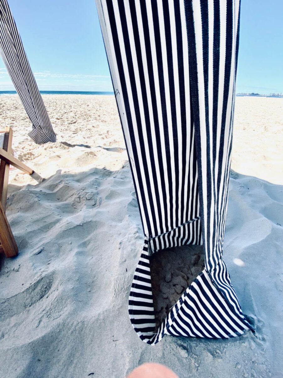 Strandpaviljongen har fickor som fylls med sand för att den inte ska blåsa iväg.