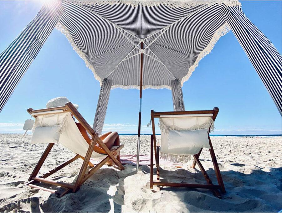 Miljöbild på blårandig strandcabana.
