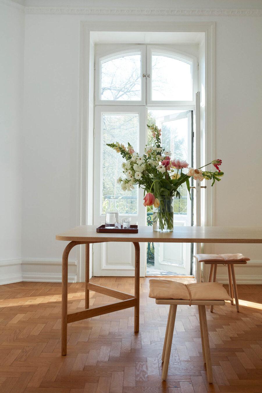 Aldus matbord i oljad ek med pallen Jubille från Skagerak.