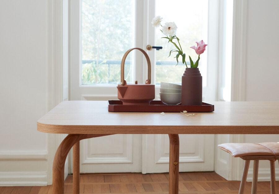 Matbordet Aldus i oljad ek med design av Chris Liljenberg Halstrøm.