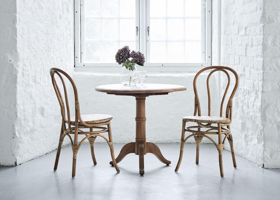 Miljöbild på Lulu rottingstol med teakbordet Michel