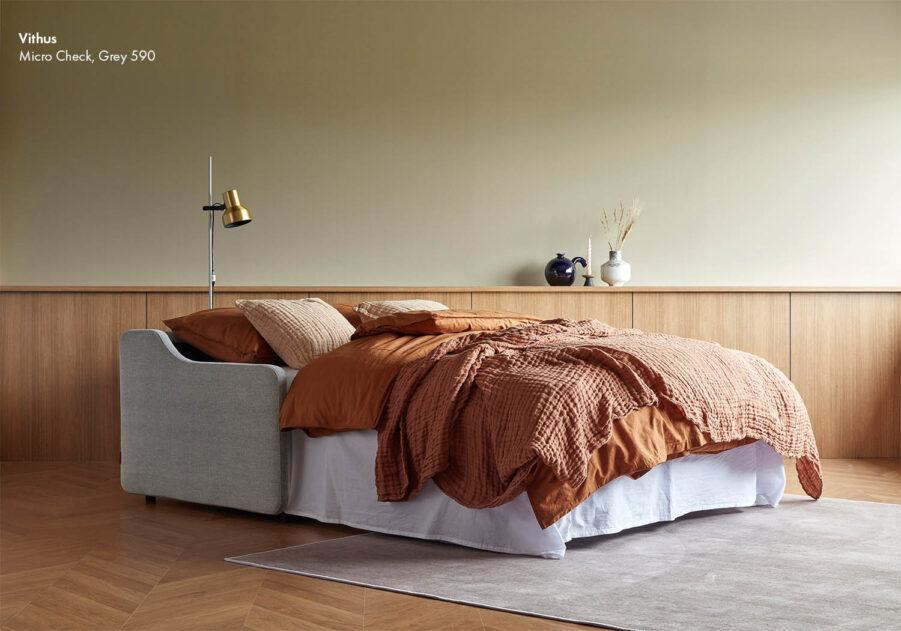 Vithus soffa i grått.