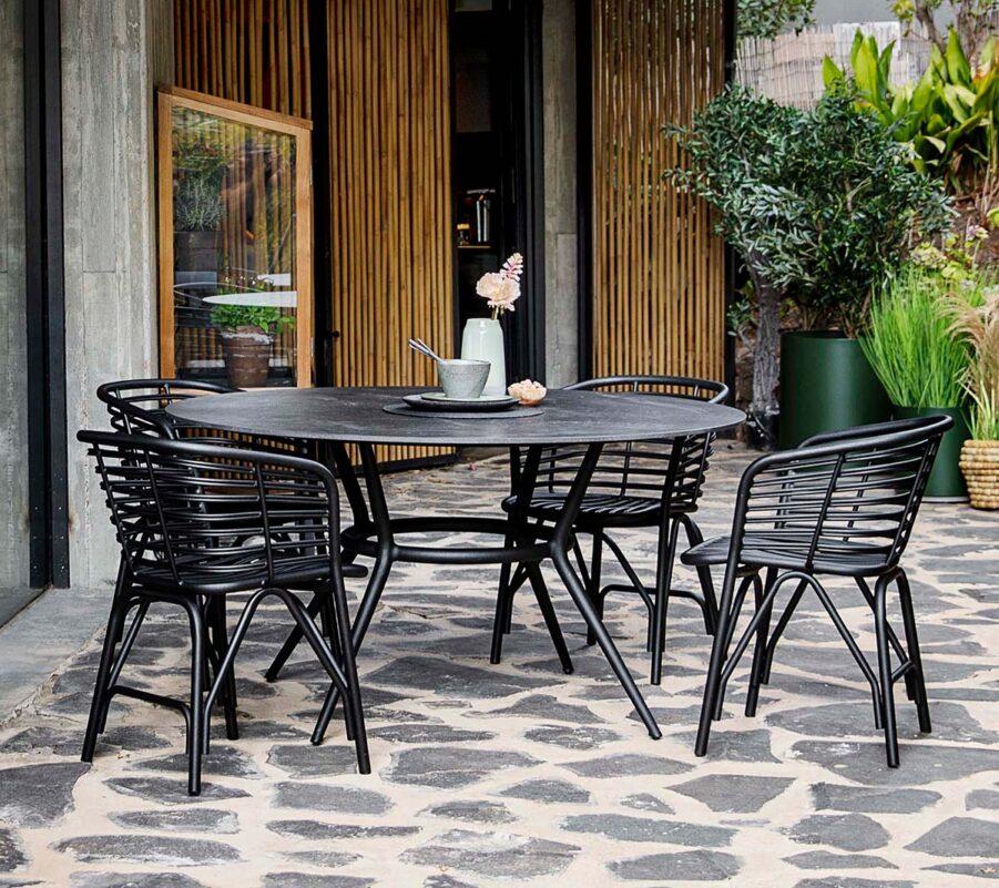 Blend matgrupp med lavagrå stolar.