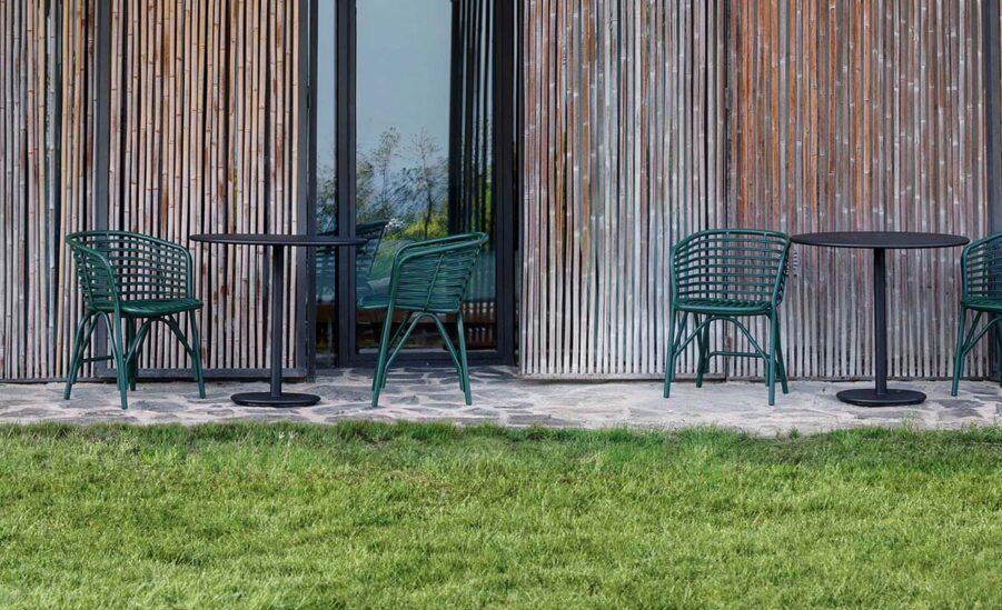 Miljöbild på Blend stolar i grönt.