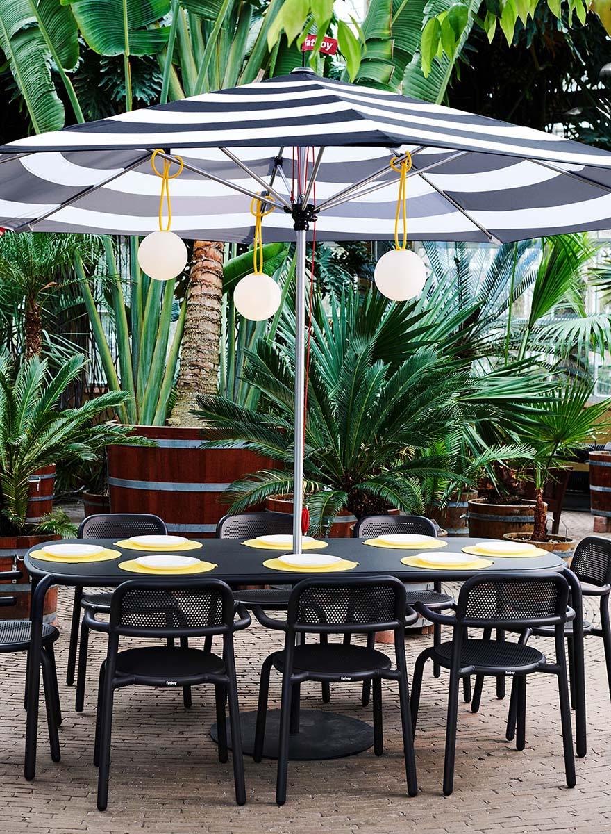 Toní matgrupp i antracitgrått med Stripesol parasoll.