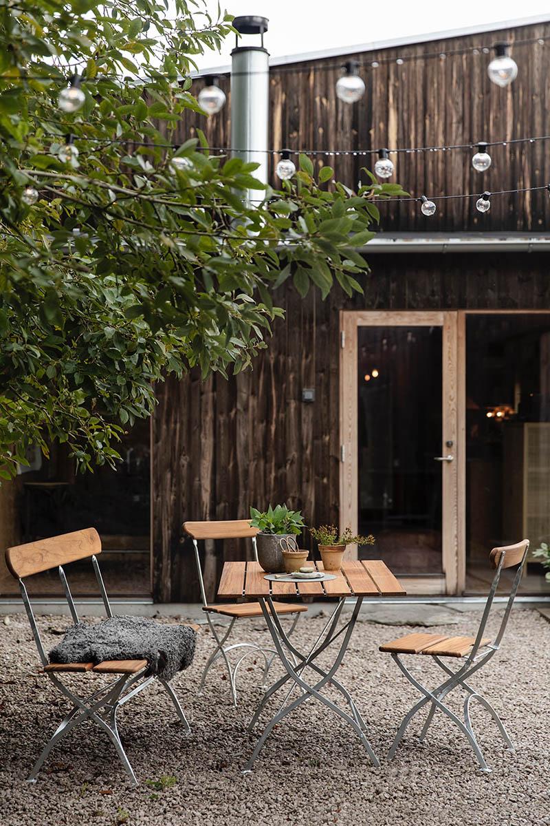 Bryggeri cafégrupp med soffa och stolar i teak.