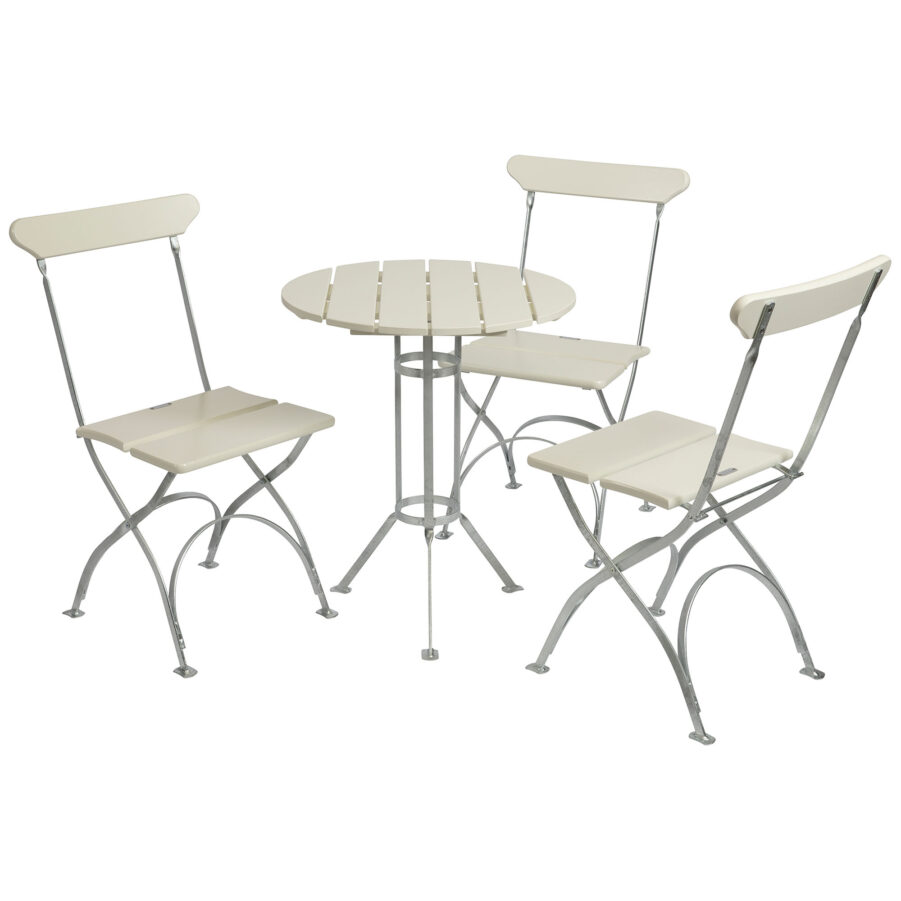Bryggerigrupp i vitlackad ek med tre stolar.