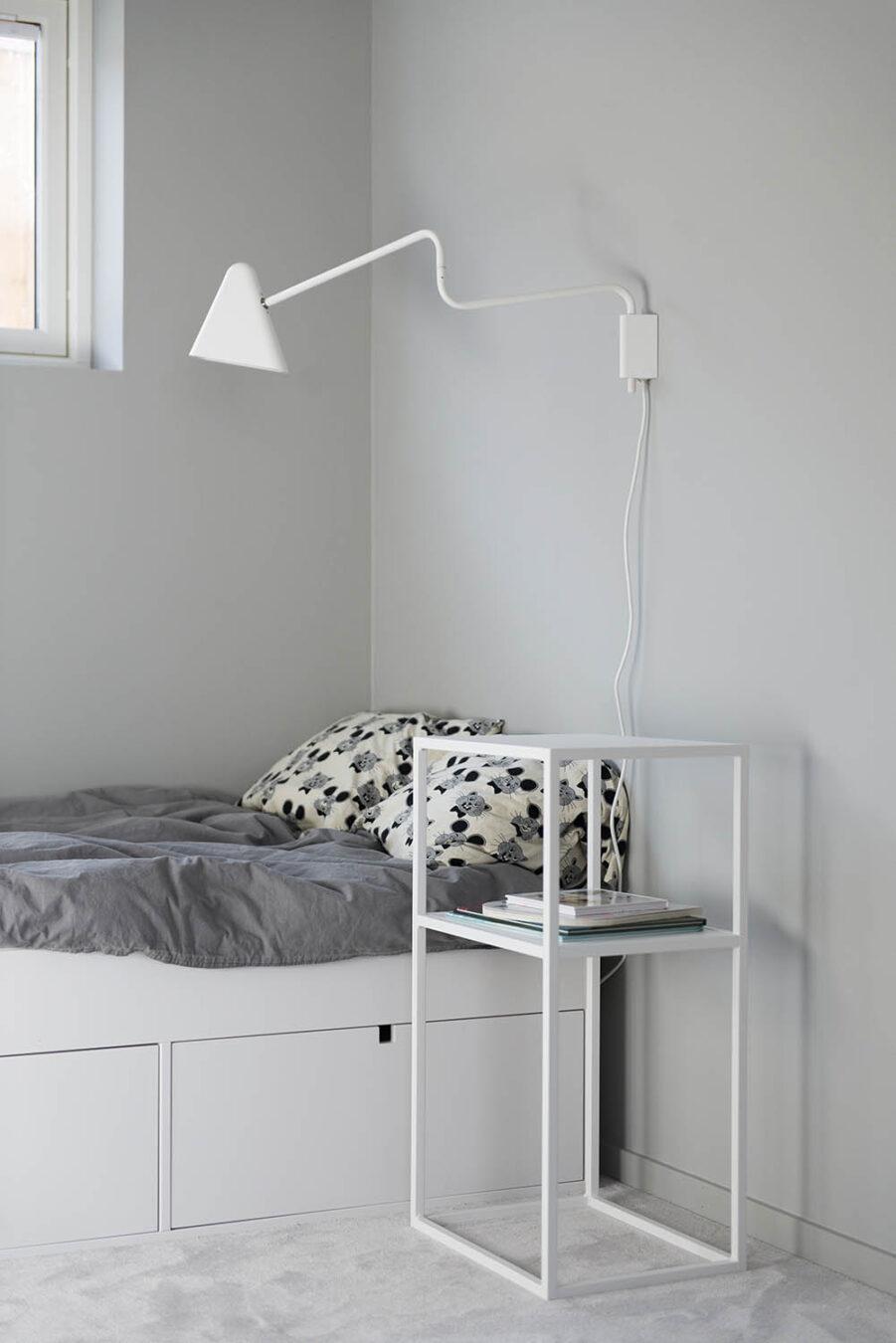Design Of sängbord i vitt.