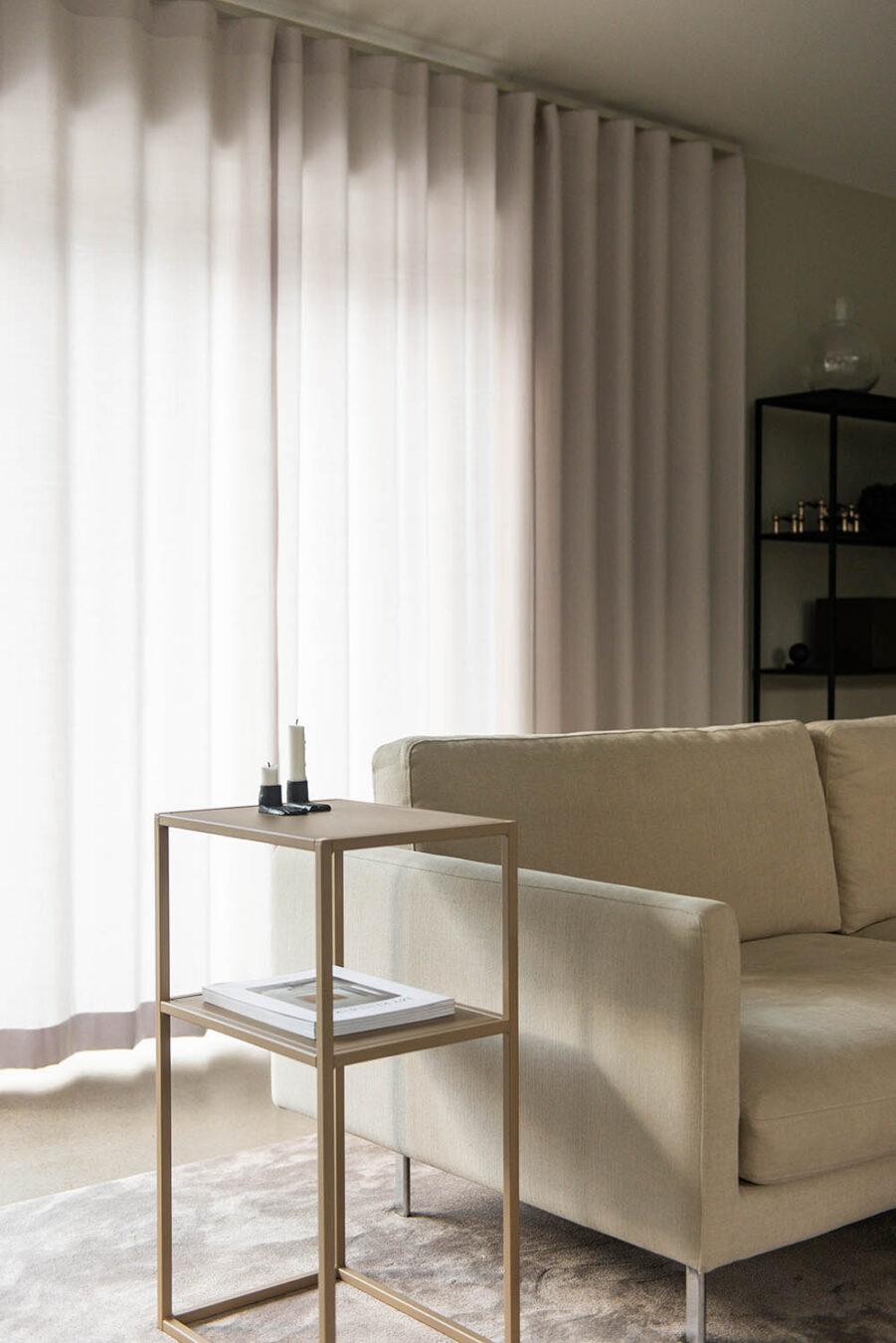 Design Of sängbord i beige stål.