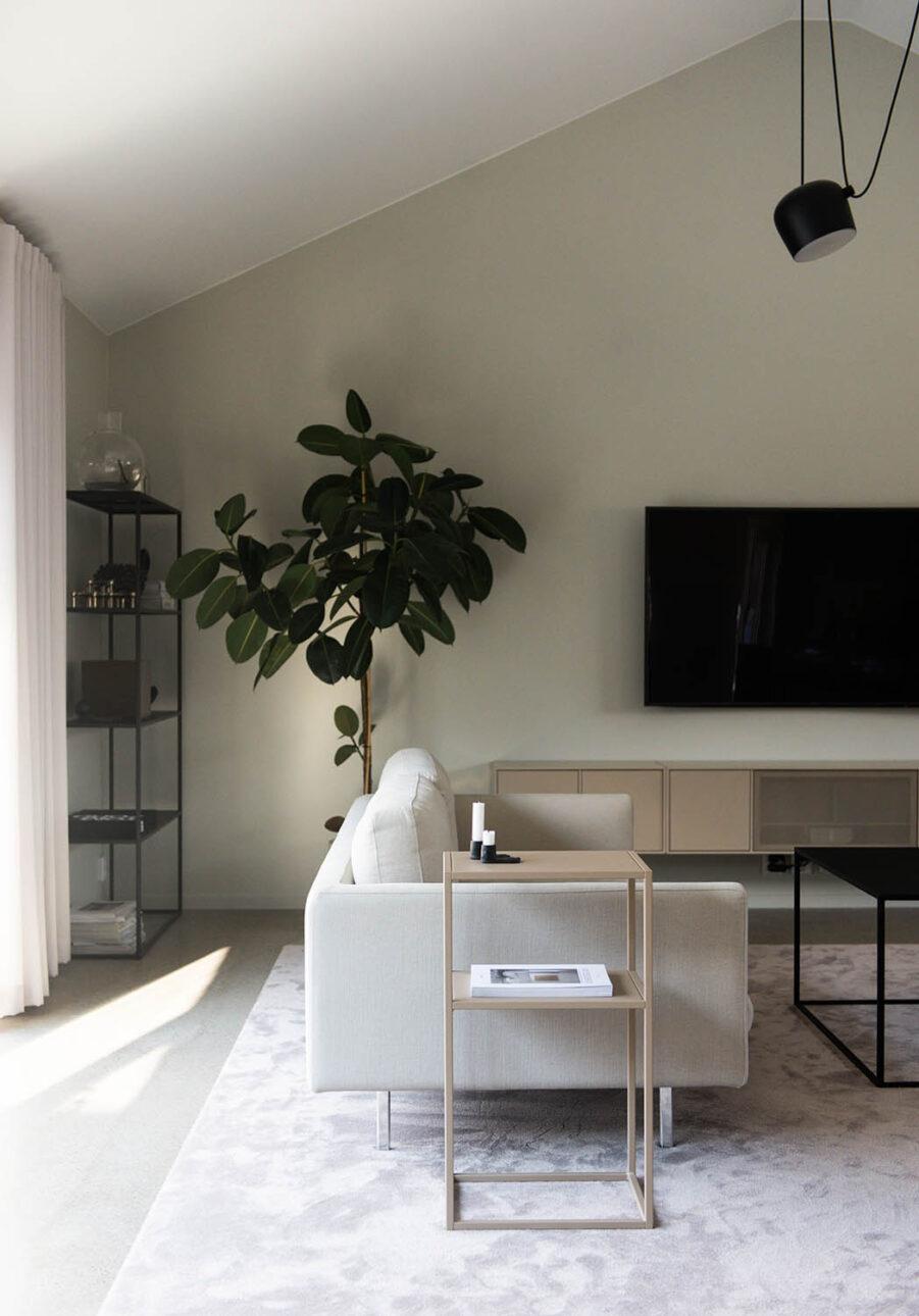 Design Of svensktillverkat sängbord i rostfritt stål.