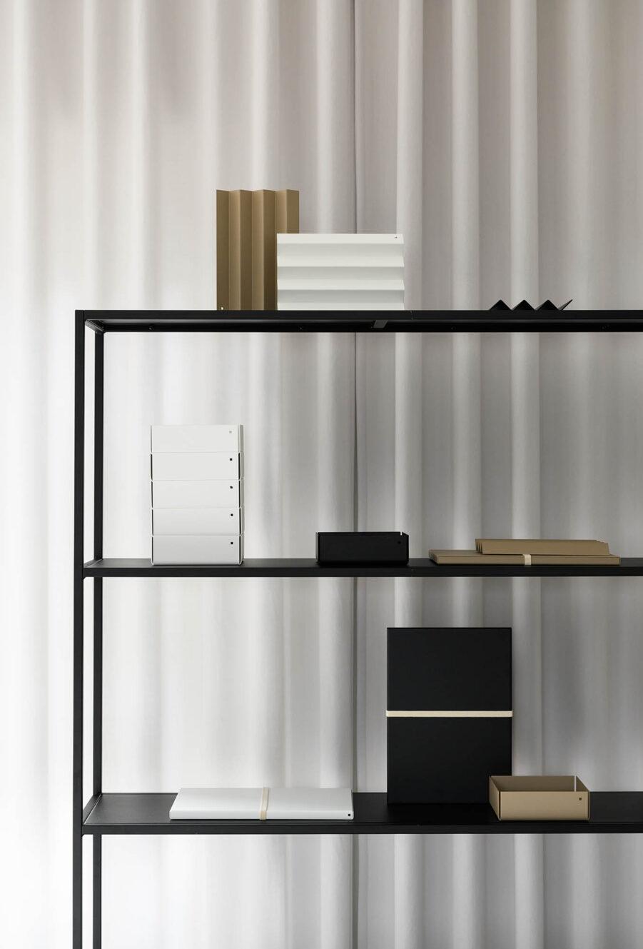 Design Of Shelf i svart.