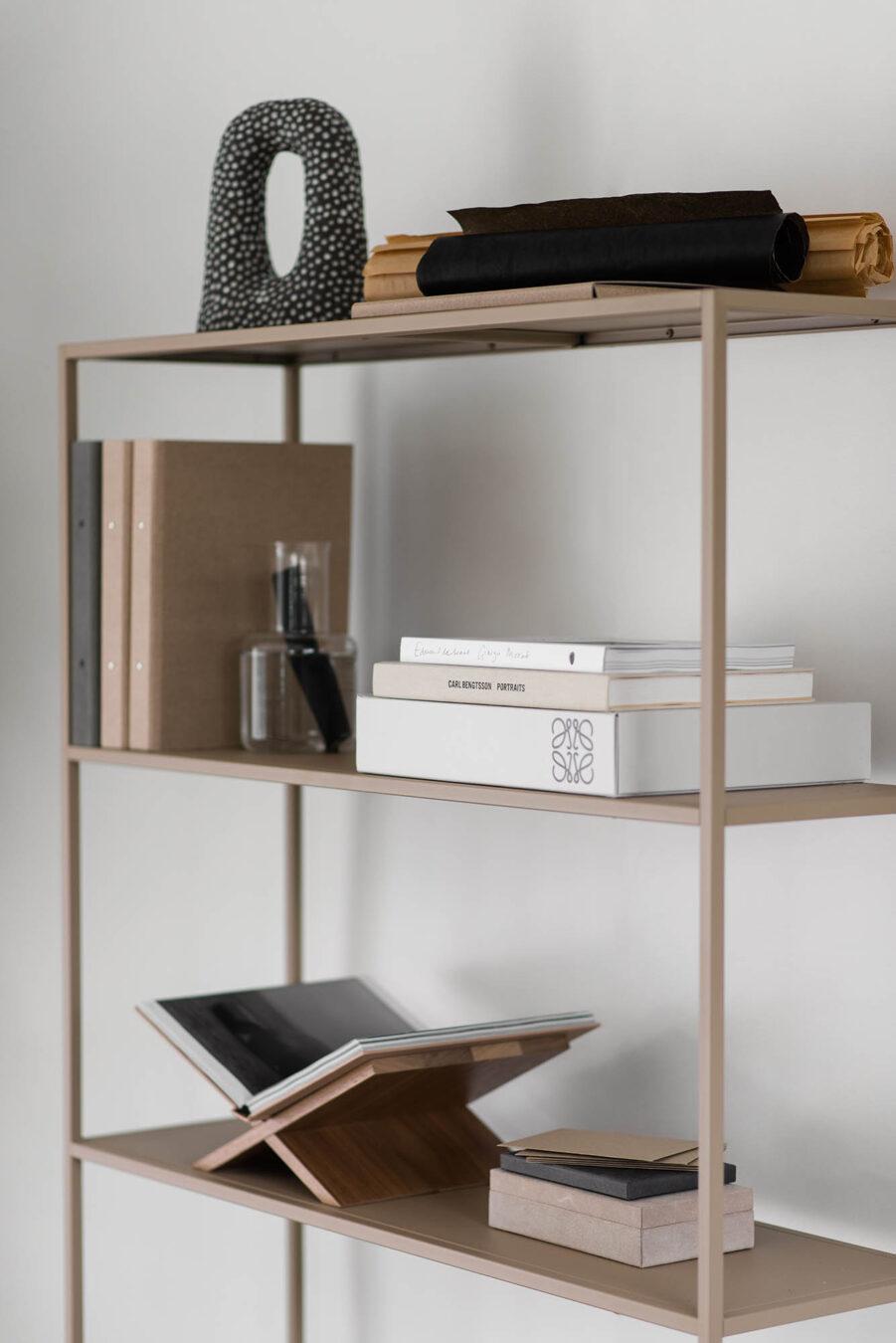 Miljöbild på Design Of bokhylla i beige.