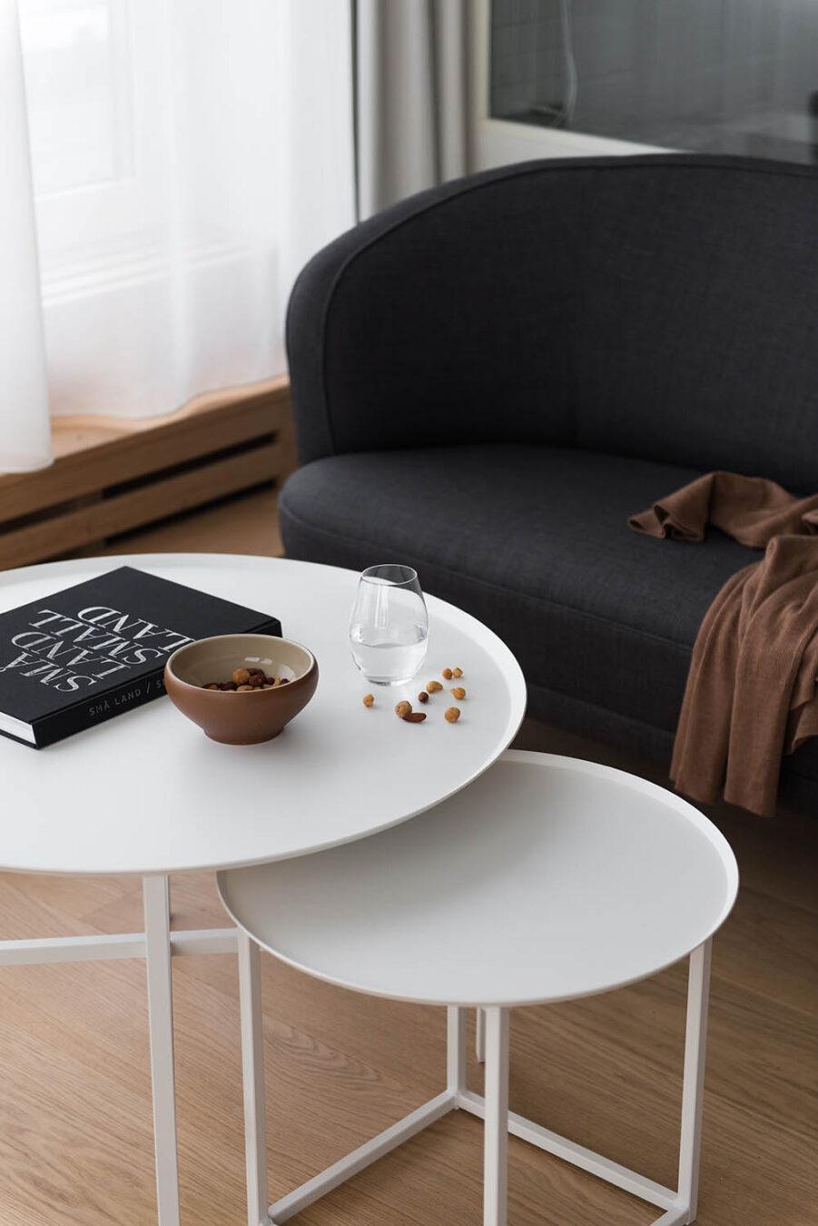 Round Square bord i två storlekar i vitt.