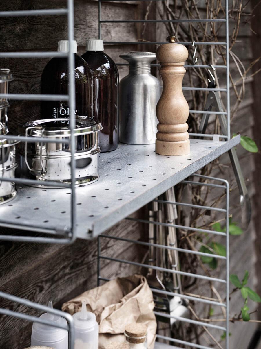 String vägghylla i galvaniserad stål.