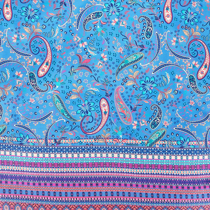 Närbild på Burano bäddset i blått.